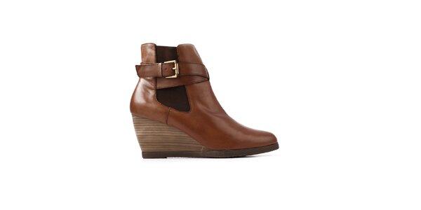 Dámské hnědé boty na klínku Derhy