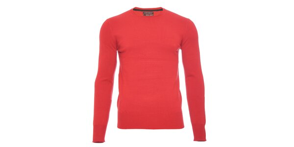 Červený svetr s kulatým výstřihem