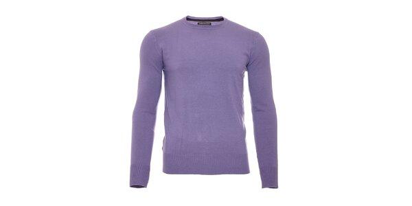 Fialový svetr s kulatým výstřihem