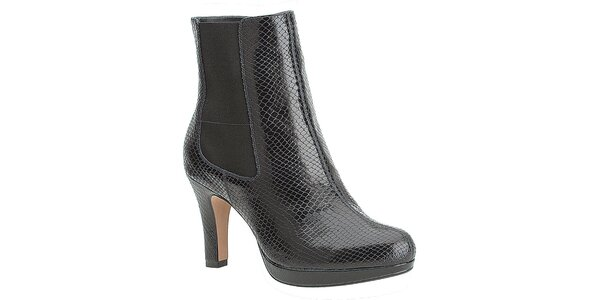 Dámské černé chelsea boty na podpatku Clarks s hadím vzorem