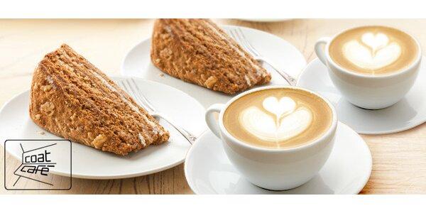 Dva medovníky s kávou v příjemné kavárně.