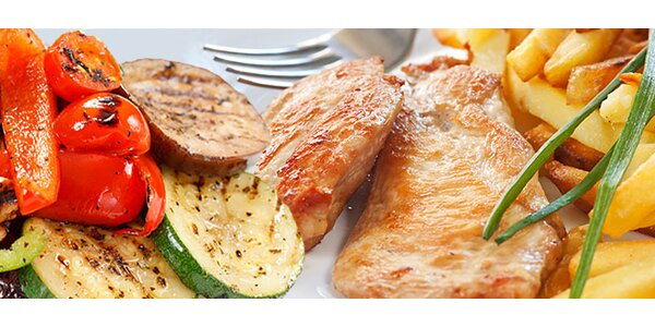 Kuřecí steak s lehkou zeleninou a hranolkami pro dva