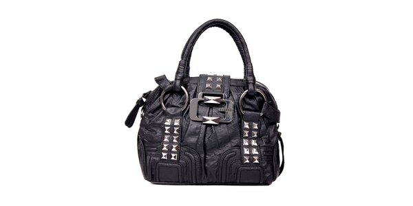 Menší černá kabelka značky Guess s ozdobnou sponou