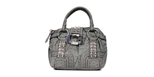 Menší šedá kabelka značky Guess s ozdobnou sponou