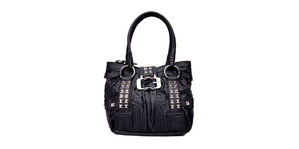 Černá kabelka značky Guess s ozdobnou sponou