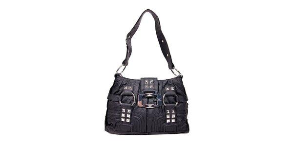 Černá kabelka značky Guess klasického tvaru