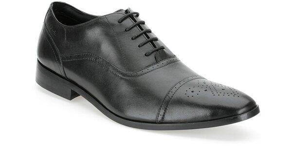 Pánské černé společenské boty Clarks s perforací na špičce
