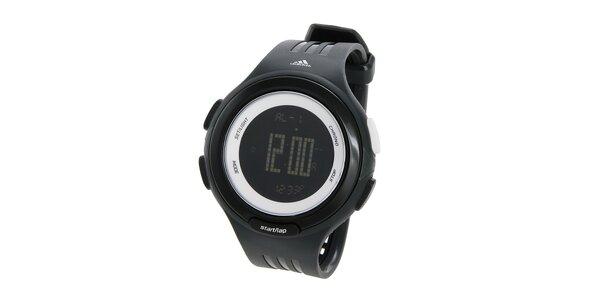 Černé sportovní digitální hodinky Adidas s bílými detaily