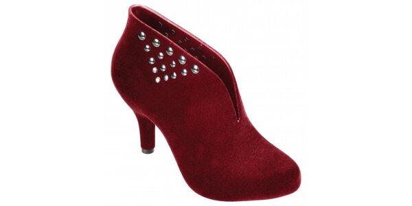 Dámské červené boty Melissa s kovovými cvoky a semišovou úpravou