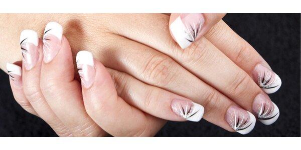 Gelové nebo akrylové nehty, nebo jejich doplnění
