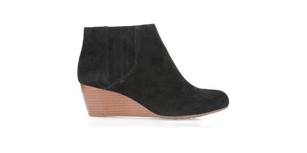 Dámské černé semišové boty na klínku Clarks