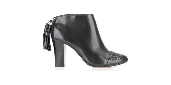 Dámské kotníčkové černé boty Clarks s cvočky a třásněmi