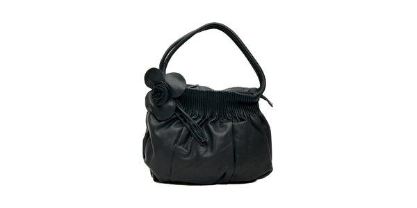 Černá kožená kabelka značky Café Noir s ozdobnou květinou