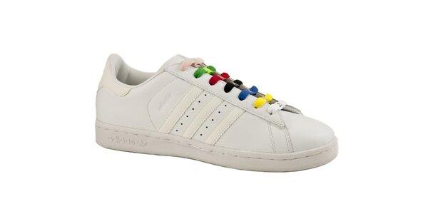 Bílé kožené tenisky Adidas s barevnými tkaničkami