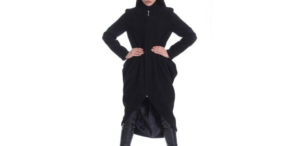 Dámský černý kabát a asymetricky střiženou zadní stranou Caramella Fashion