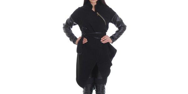 Dámský černý kabát s asymetricky umístěným zipem Caramella Fashion