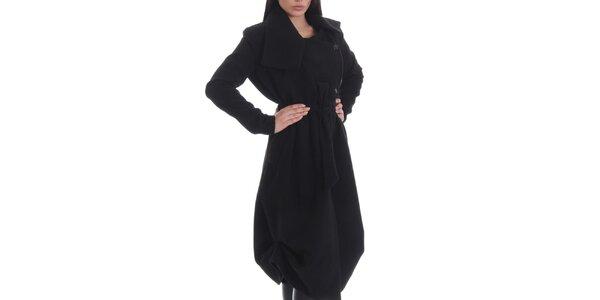 Dámský černý kabát s knoflíky, páskem a kapsami Caramella Fashion