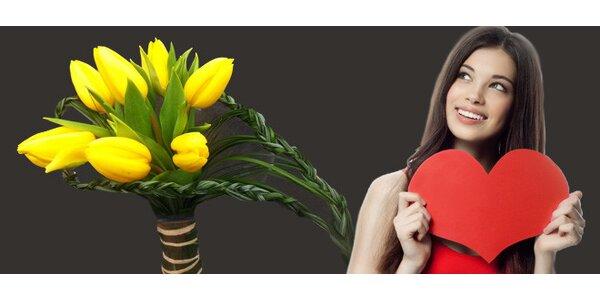 Kytice ze sedmi tulipánu s výpletem z trávy ve tvaru srdce.