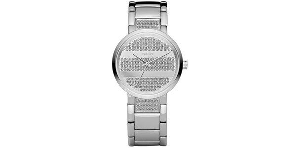 Dámské hodinky DKNY ve stříbrné barvě s kovovým řemínkem