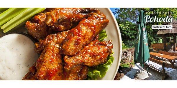 1,5 kg grilovaných kuřecích křídel s omáčkami