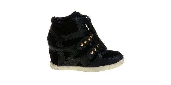 Dámské černé boty Maria Barcelo na vysokém klínku se zlatými cvoky