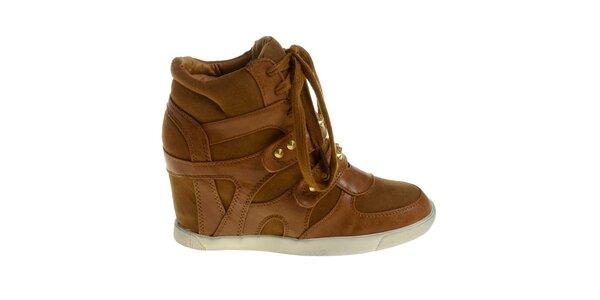 Dámské oříškově hnědé boty Maria Barcelo na vysokém klínku se zlatými cvoky