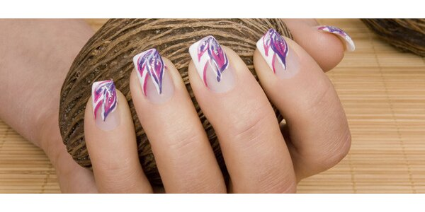 Modeláž gelových nehtů pomocí tipů nebo šablon