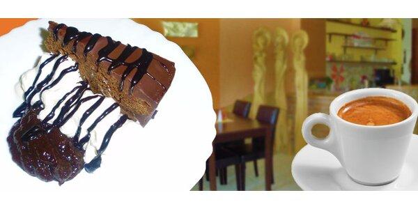 Espresso a švestkový dort zdobený šlehačkou a švestkovou omáčkou pro 2 osoby