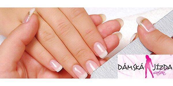Krásné upravené ruce s Gel-lakem nebo klasickými gelovkami v útulném salonu v…