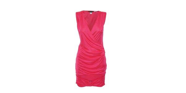 Ostře růžové šaty se zavinovacím efektem