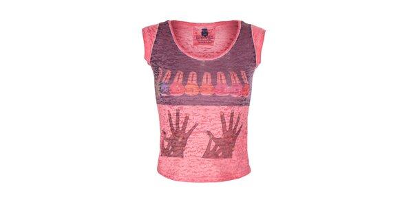 Dámské červené tričko s barevným obrázkem Me Da Igual