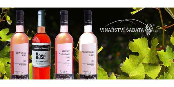 6 růžových vzkazů v láhvích od vinařství Šabata