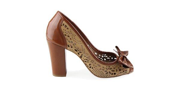 Dámské lakované boty na podpatku s perforovanými detaily Made In