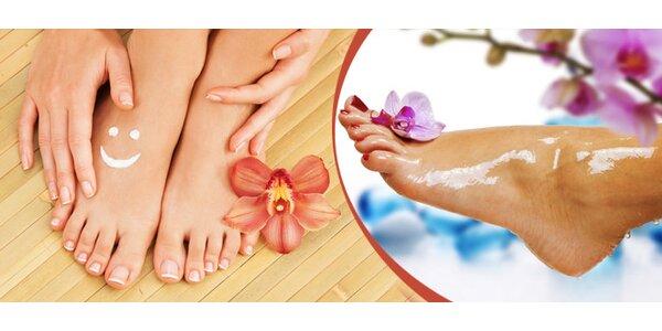 Mokrá pedikúra s masáží chodidel a lakováním nehtů