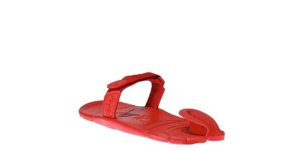 Červené boty s textilním páskem přes nárt Dopie