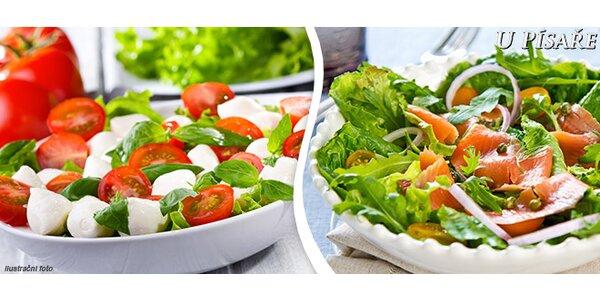 Dva letní zeleninové saláty v restauraci U Písaře