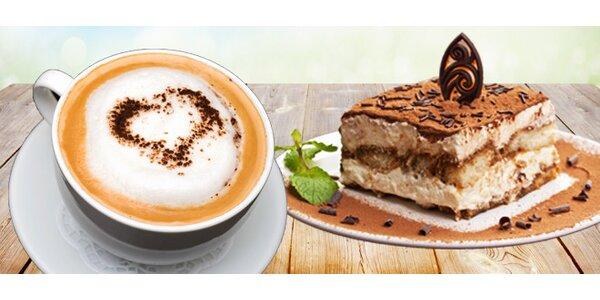 Dvě krémová cappuccina a dvě tiramisu v italské restaurace Le Cinque Corone v…