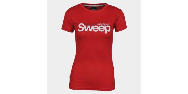 Dámské červené tričko s krátkým rukávem a značkou Sweep