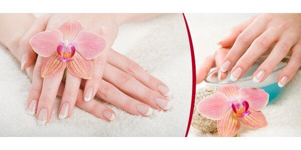 Modeláž gelových nehtů nebo potažení gelem vlastních nehtů na Václavském náměstí