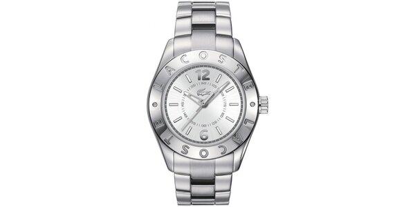 Dámské ocelové hodinky se jménem výrobce na lunetě Lacoste