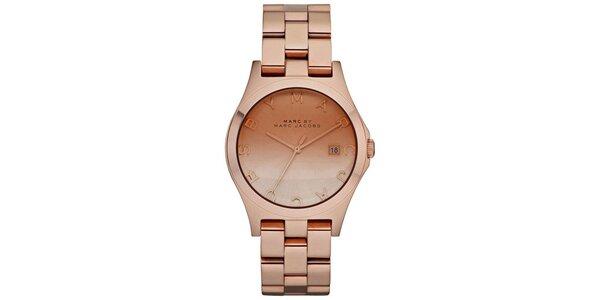 Dámské hodinky v barvě růžového zlata s nápisem Marc Jacobs