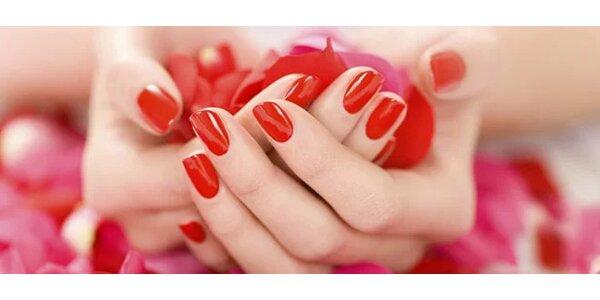 Krásné nové gelové nehty nebo jejich doplnění
