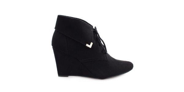 Dámské černé boty na klínku s tkaničkou Vizzano