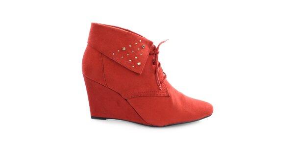 Dámské rudé boty na klínku s cvočky Vizzano