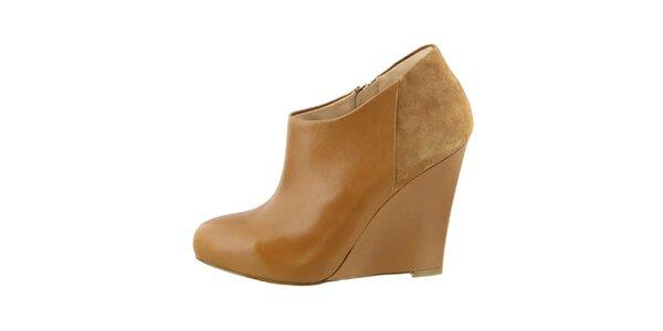 Dámské koňakově hnědé boty na klínu Guess