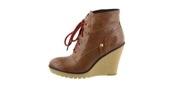 Dámské hnědé kožené boty na klínku Guess
