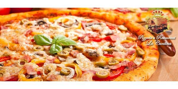 2 čerstvě upečené pizzy z kamenné pece