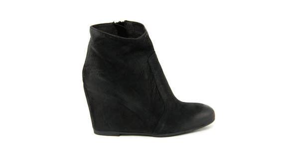 Dámské černé kožené kotníkové boty na klínu Paola Ferri