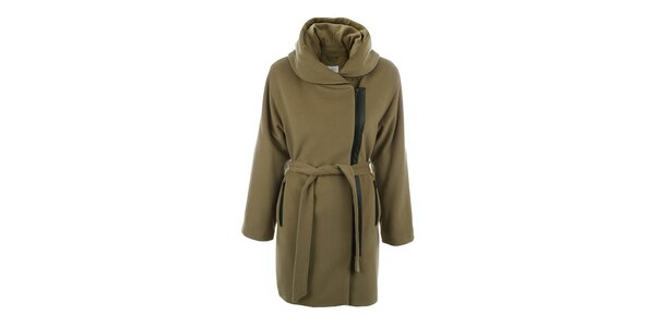Dámský světle hnědý kabát s velkým límcem a černým zipem inAvati