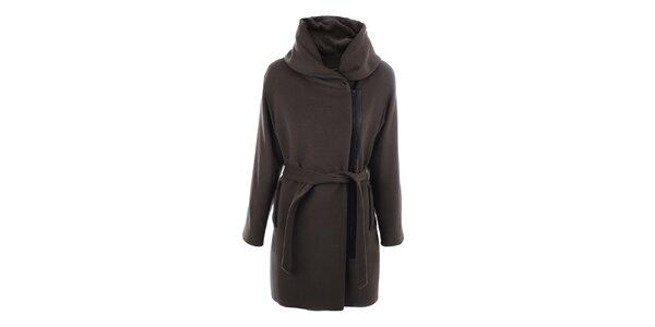 Dámský kabát s velkým límcem a černým zipem inAvati